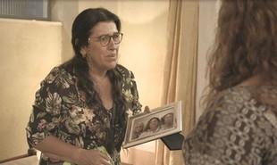 Na segunda-feira (24), Magno (Juliano Cazarré) vai descobrir que foi Leila (Arieta Corrêa) que o denunciou e Lurdes (Regina Casé) expulsará a nora de casa | TV Globo