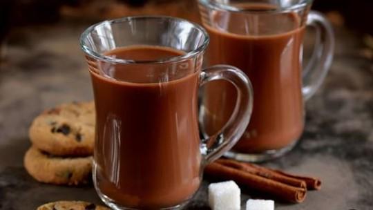 Faça um saboroso chocolate quente em apenas 2 passos