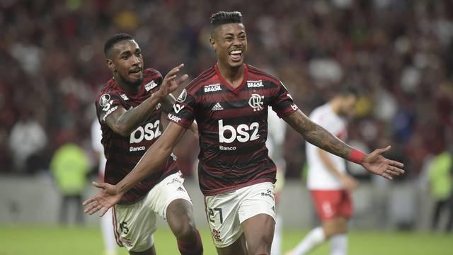 Com Gersón atrás, Bruno Henrique corre para comemorar o gol contra o Internacional