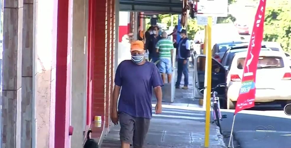 Moradores andam de máscaras em Palmeira D'Oeste — Foto: Reprodução/TV TEM