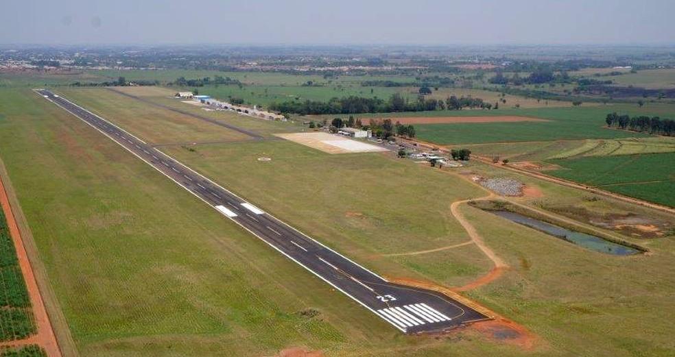 Aeroporto Estadual de Araçatuba; no topo é possível ver a fileira de hangares particulares — Foto: Divulgação