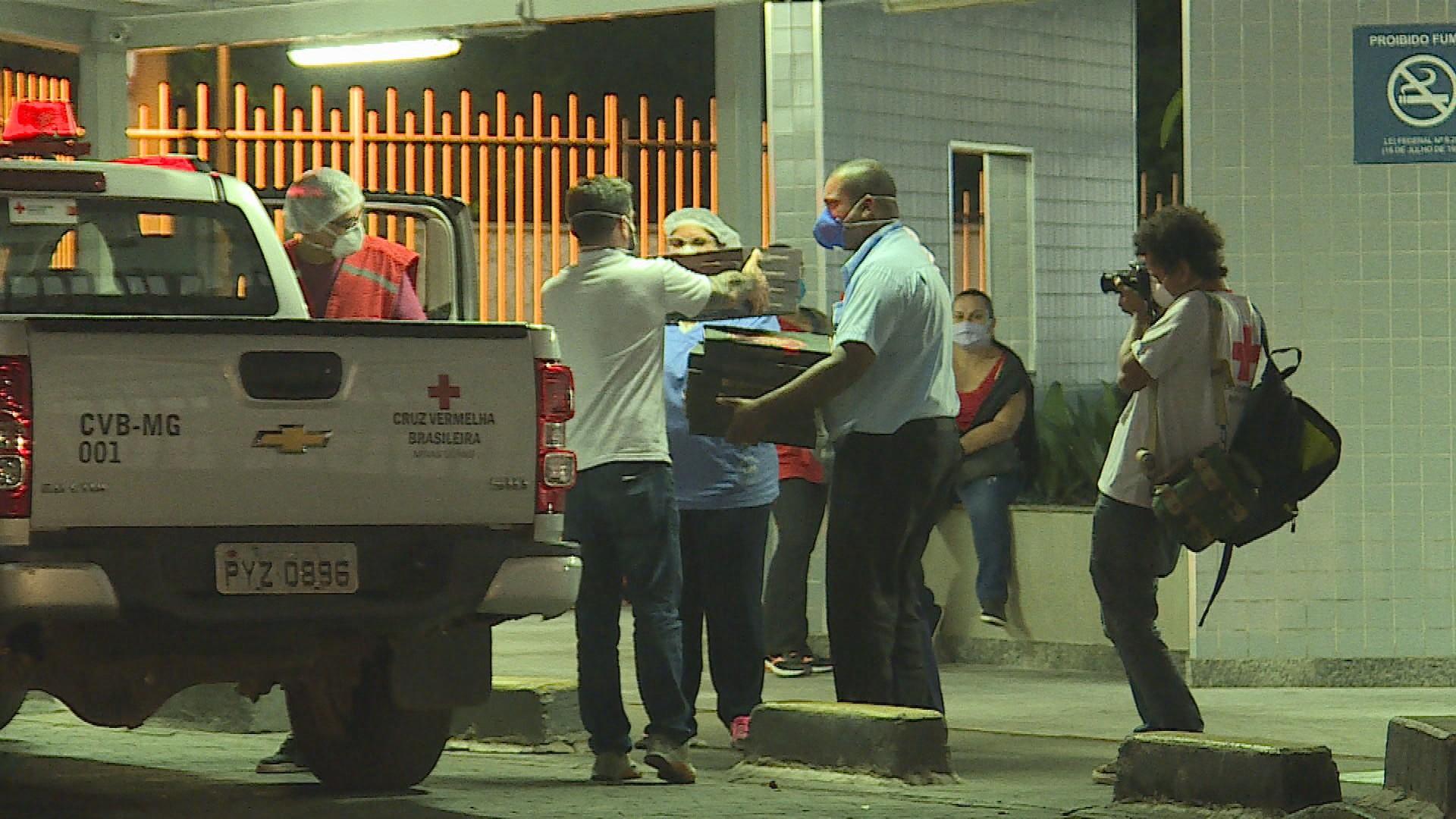 Cruz Vermelha entrega pizza a sem-teto e doa kits de limpeza a instituições de idosos em MG