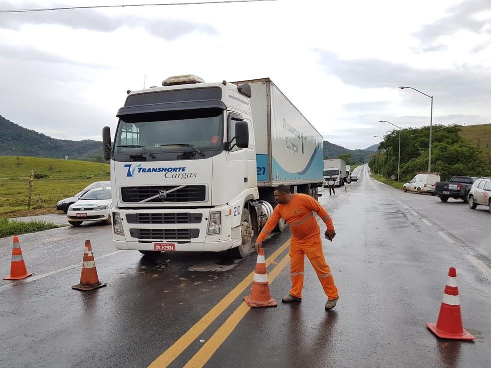 Bloqueio na BR-262 no Espírito Santo — Foto: Ari Melo/ TV Gazeta