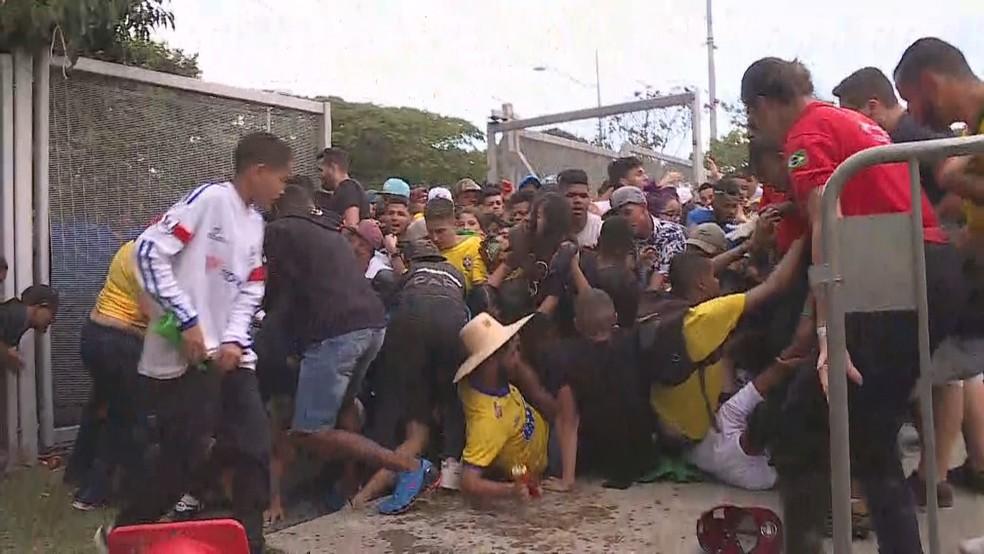 Torcedores são pisoteados durante confusão na Esplanada do Mineirão, em Belo Horizonte (Foto: Reprodução/TV Globo)