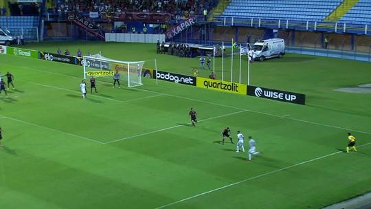Pedro Castro pega rebote e manda por cima do gol aos 42' do 1T