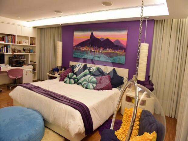 QUARTO | Uma das seis suítes da mansão à venda de Xuxa Meneguel (Foto: Judice & Araujo Imóveis/Reprodução)