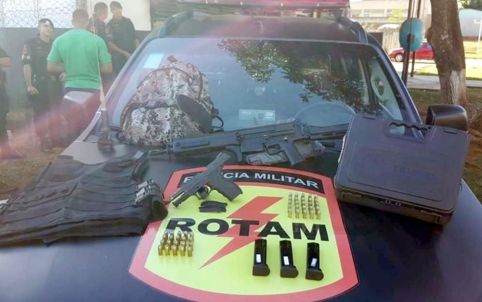 Na mochila, havia armas, munições e fardamentos da Força Nacional — Foto: PM/Divulgação