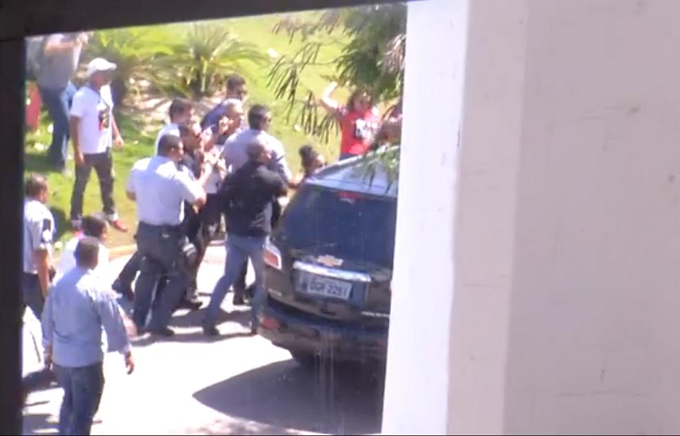 Imagens mostram manifestantes atacando carro do governador do RN, Robinson Faria, enquanto seguranças tentam impedir ação (Foto: Reprodução)
