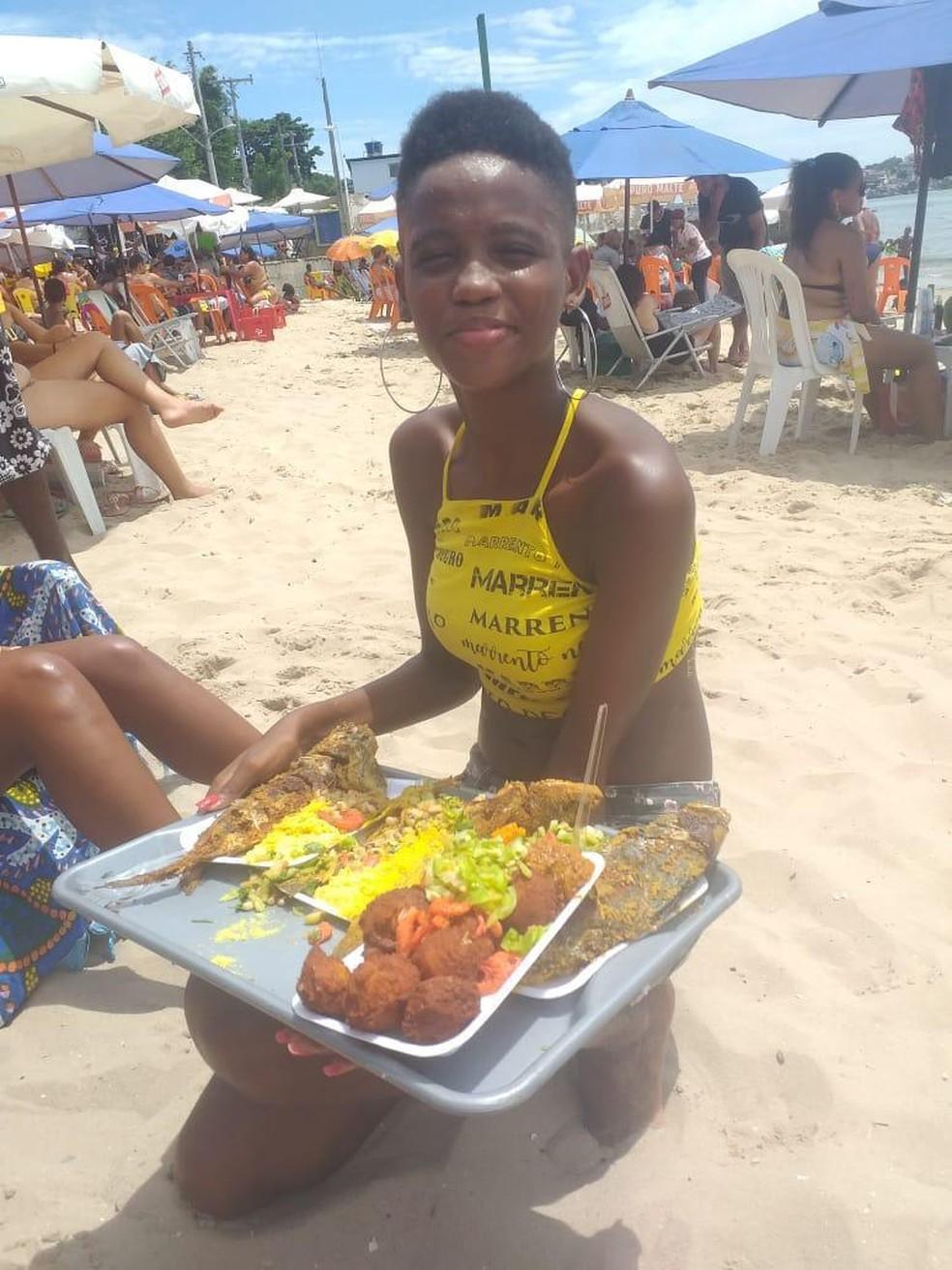 Monique trabalhava vendendo peixe nas praias de Salvador  — Foto: Arquivo Pessoal