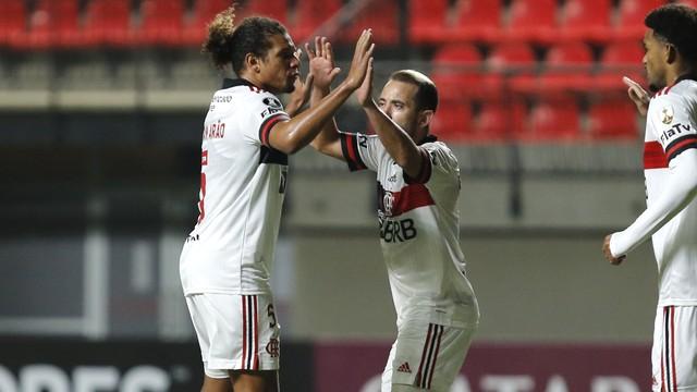 Willian Arão comemora gol do Flamengo com Everton Ribeiro em La Calera
