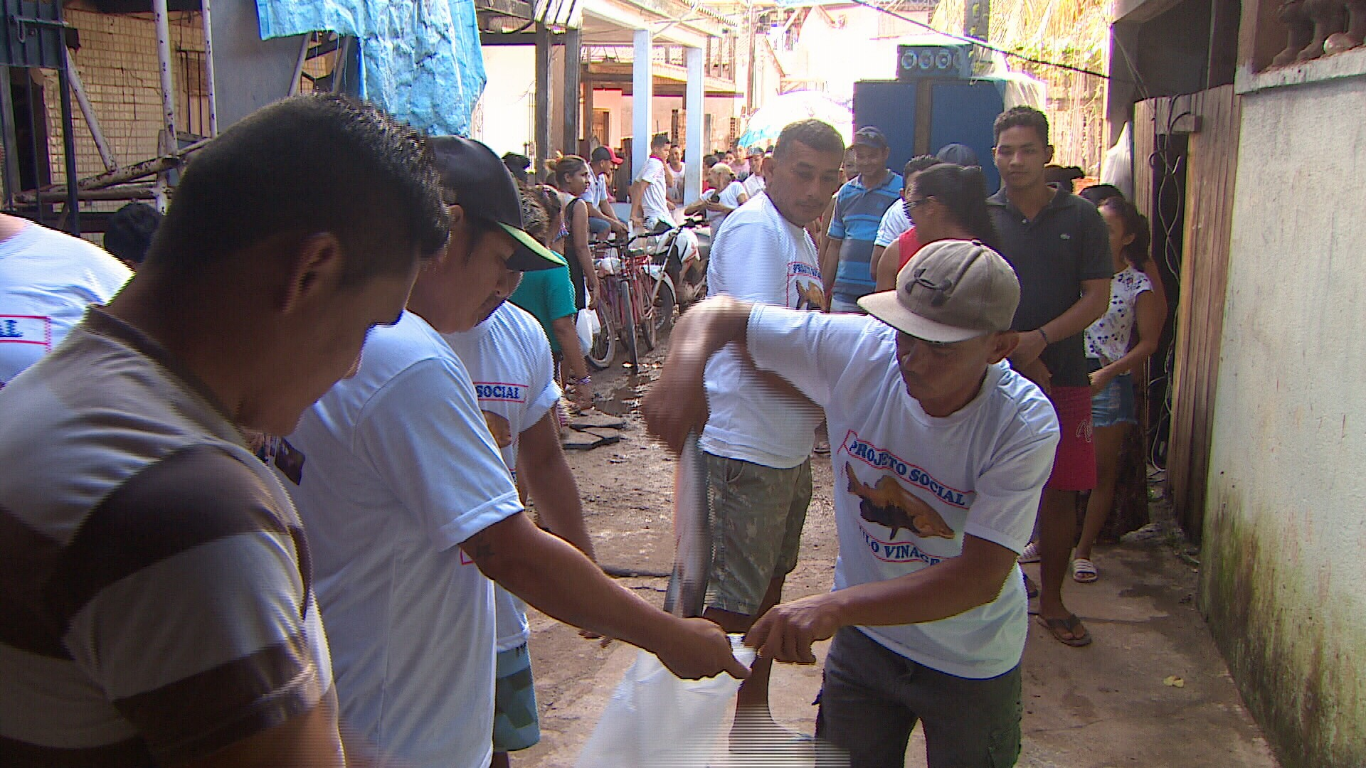 Voluntários fazem 'vaquinha' e doam 400 kg de pescado a famílias carentes na Semana Santa