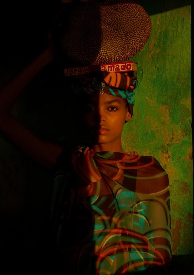Túnica, vestido e turbante, tudo Marc Jacobs. (Foto: Zee Nunes)
