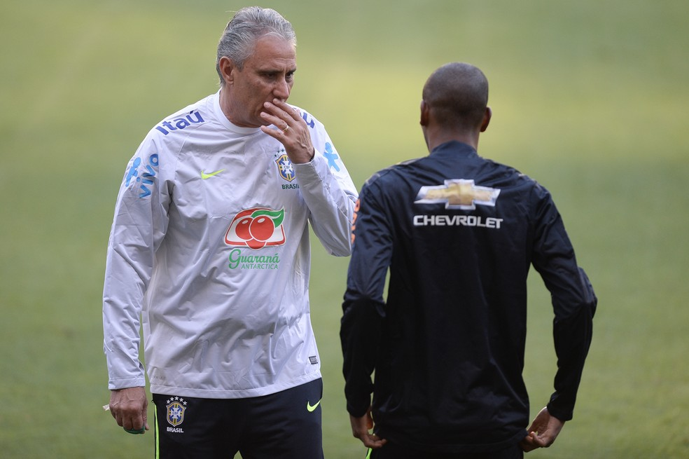 Tite conversa com Fernandinho no treino da seleção brasileira, em 2016 — Foto: Pedro Martins/MoWa Press