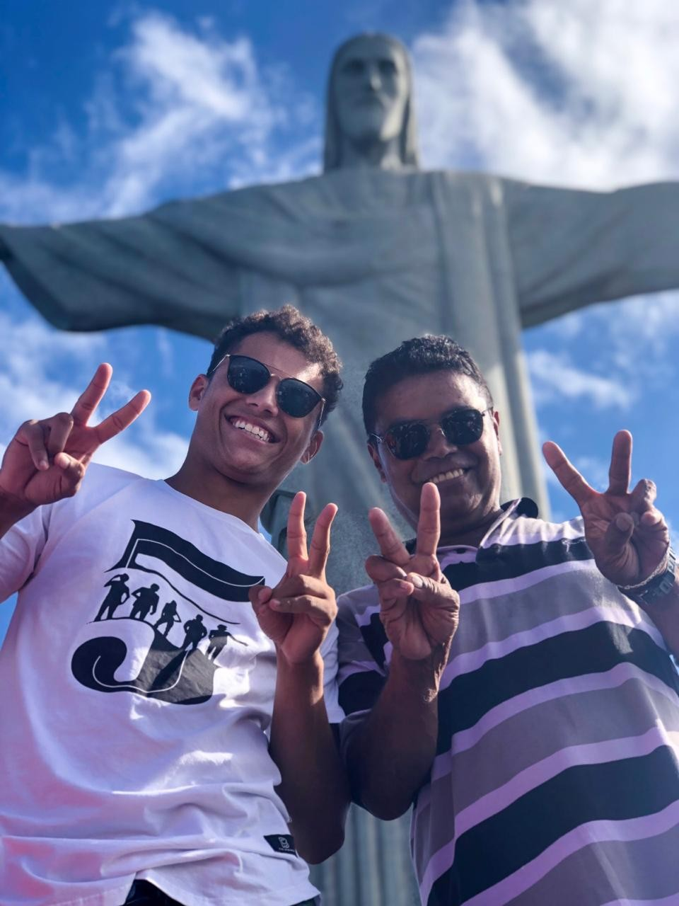 Danrley e o pai conhecem o Cristo Redentor (Foto: Mayara Vieira/Divulgação)