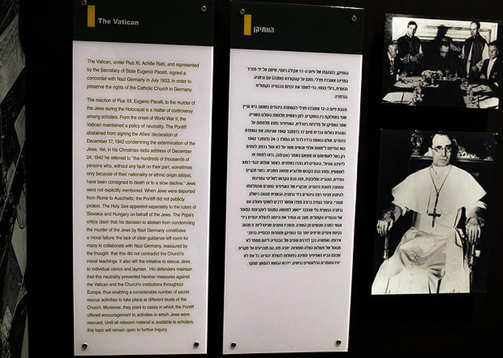 Imagem mostra as novas versões, em inglês e hebraico, do texto sobre o Papa Pio XII apresentado pelo Museu do Holocausto em Israel; críticas à postura do Papa durante a Segunda Guerra foram suavizadas em 1º de julho de 2012 — Foto: Menahem Kahana/AFP