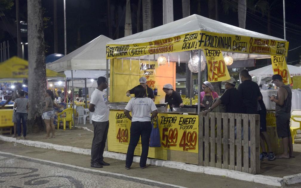 Ambulantes trabalhando durante o carnaval de Salvador, no ano passado — Foto: Inacio Teixeira/Secom