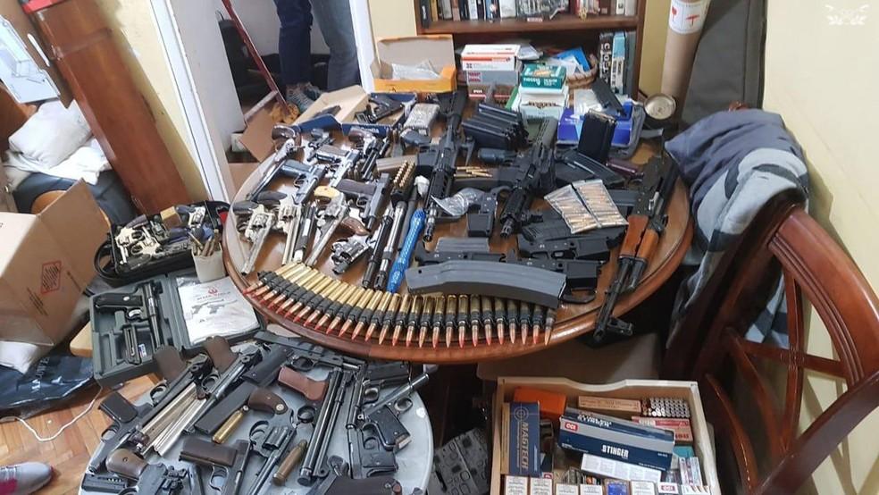 Armas e munições foram encontradas por autoridades argentinas em várias casas de Buenos Aires — Foto: Divulgação/Gendarmería Nacional