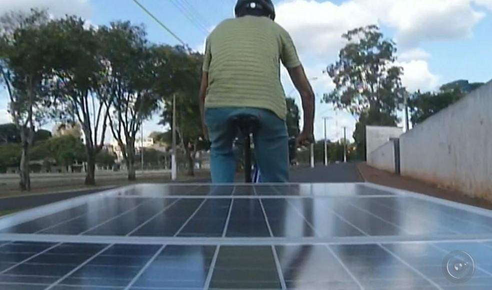Bike é movida a energia solar e chama atenção em Ipaussu  (Foto: Reprodução/ TV TEM )
