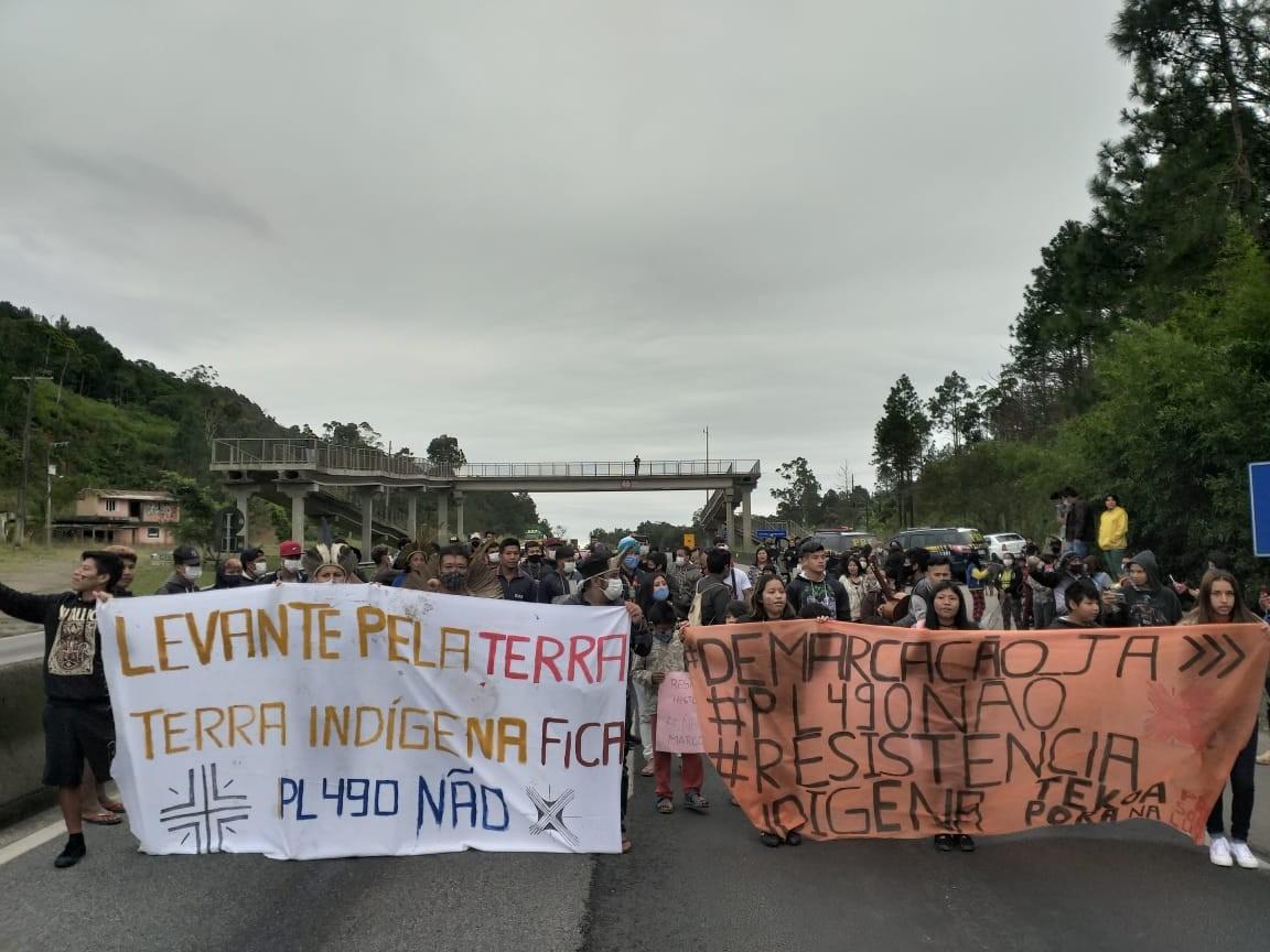 Indígenas bloqueiam trecho da BR-101, em Palhoça, durante ato contra projeto sobre demarcação de terras