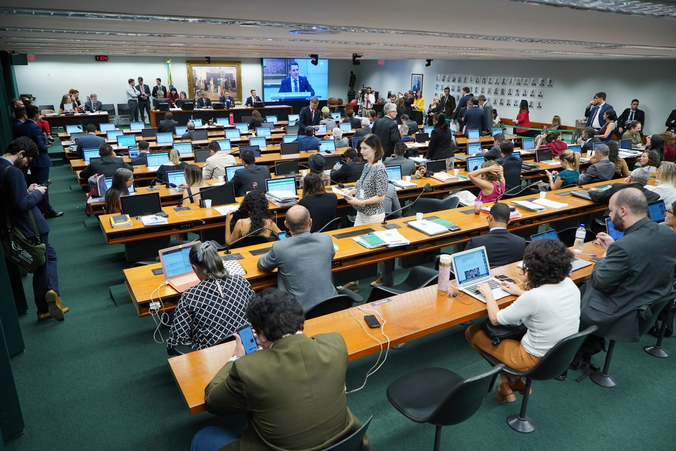 Deputados reunidos na Comissão de Constituição e Justiça (CCJ) nesta quarta-feira (20) — Foto: Pablo Valadares/Câmara dos Deputados