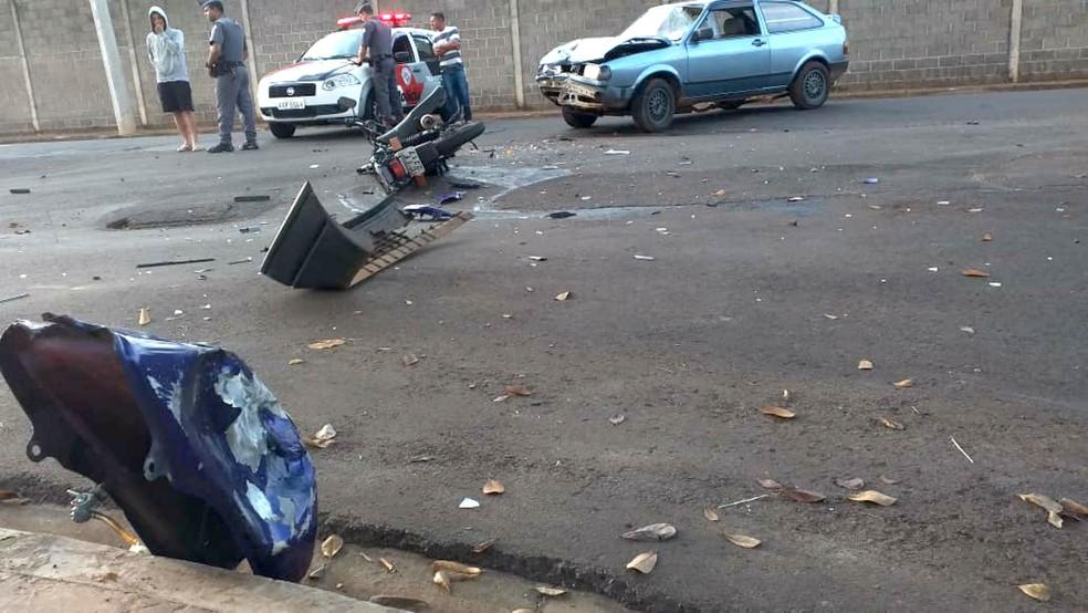 Batida entre carro e moto deixa casal com ferimentos graves em Bauru — Foto: Douglas Reis/Jornal da Cidade