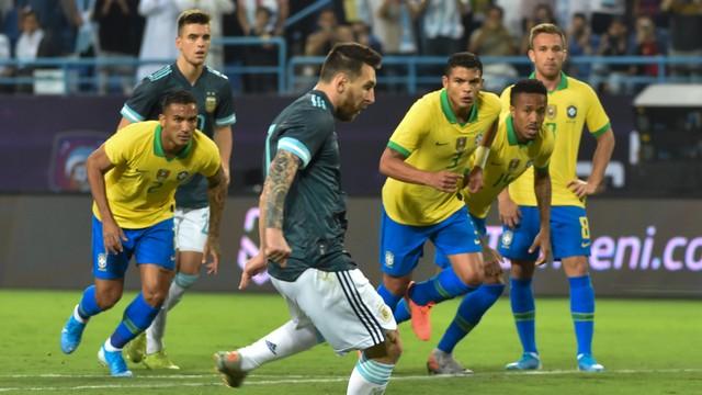 Messi cobra pênalti e abre o placar no amistoso Brasil x Argentina