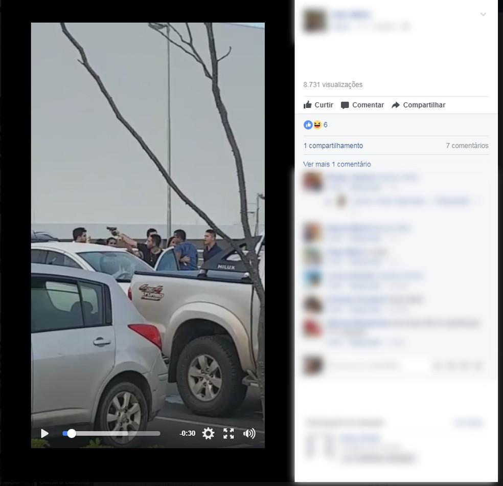 Imagens da confusão viralizou nas redes sociais; imagem mostra homem apontando arma para outro (Foto: Reprodução/Facebook/Alex Mello)