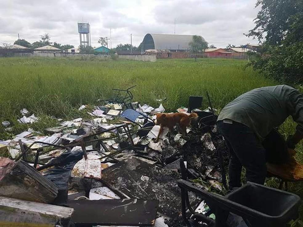 Materiais da escola foram atingidos pelas chamas (Foto: Divulgação/Polícia Militar)