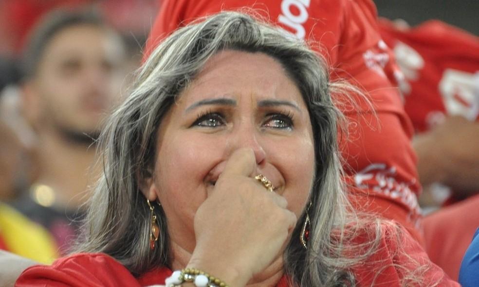 Torcedora fica desolada após eliminação do América-RN na Série D (Foto: Manoel Freire Filho/Vermelho de Paixão)