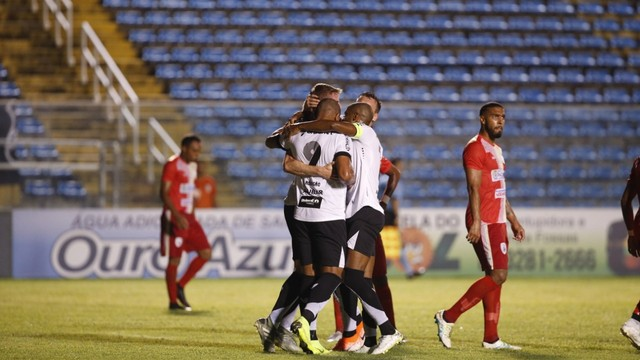 Zagueiro Klaus comemora gol diante do Pacajus