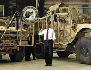 Barack Obama tropas continência 300 (Foto: Kevin Lamarque/Reuters)
