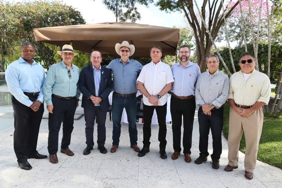 Bolsonaro e ministros posam para foto em celebração da independência dos Estados Unidos — Foto: Reprodução