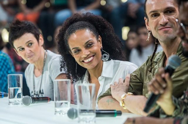Flávia Oliveira ao lado de Milly Lacombe e Dudu Bertholini no 'Amor & sexo' (Foto: Raquel Cunha/TV Globo)