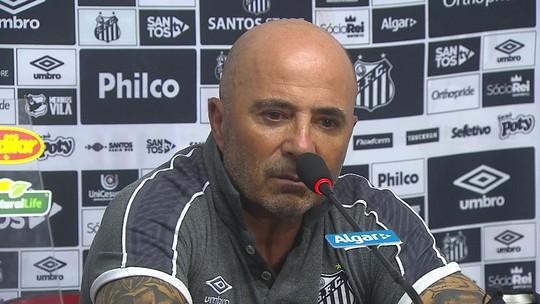 """Com atrasos no elenco, Sampaoli diz que devolveu salário no Santos: """"Tem que pagar para todos"""""""