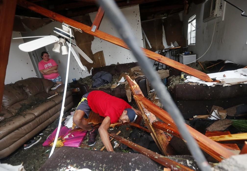 Moradores de Panama City veem destruição em sua casa após passagem do furacão Michael — Foto: Gerald Herbert/AP Photo