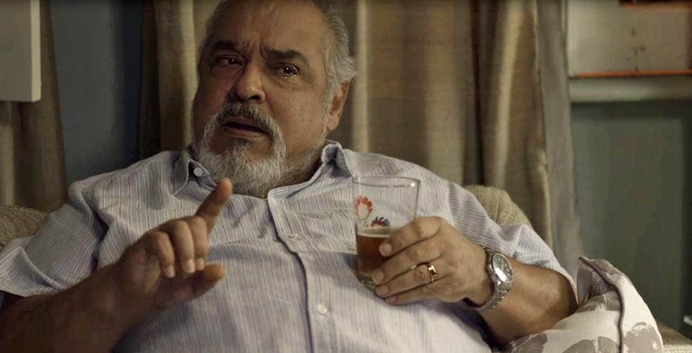 O garçom não confessa e tira o corpo fora (Foto: TV Globo)
