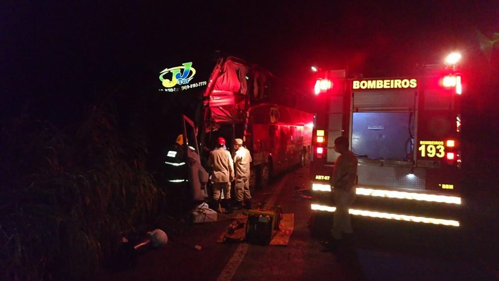 Acidente entre ônibus e caminhão perto de Figueirópolis — Foto: Divulgação