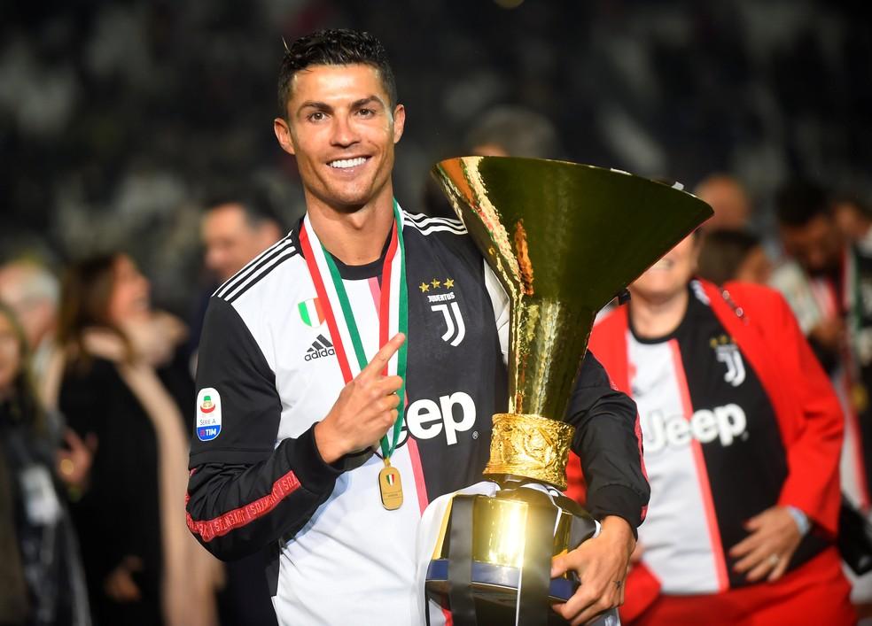 Cristiano Ronaldo posa com o troféu do Campeonato Italiano — Foto: Reuters
