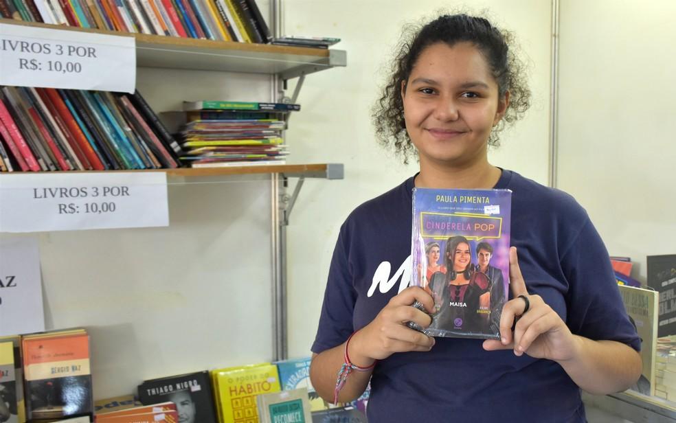 Clássico virou pop: estudante recomenda releitura de 'Cinderela' na Feira Nacional do Livro de Ribeirão Preto (SP) — Foto: Pedro Martins/G1
