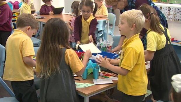 A diretora Priest diz que a escola gosta de fazer algumas coisas de forma diferente (Foto: BBC News)