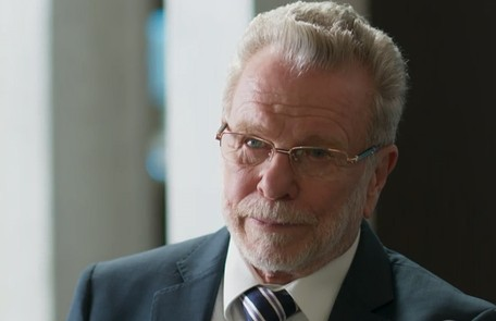 Na segunda-feira (9), Eric (Jonas Bloch) pagará para que Sinistro (Marcos Junqueira) assalte a mansão de Alberto (Antonio Fagundes) TV Globo