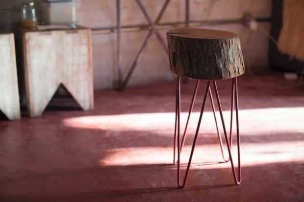 O banco Toco, feito com troncos de madeira e pés de metal, está à venda no site da Lano-Alto (Foto: Mayra Azzi / Editora Globo)