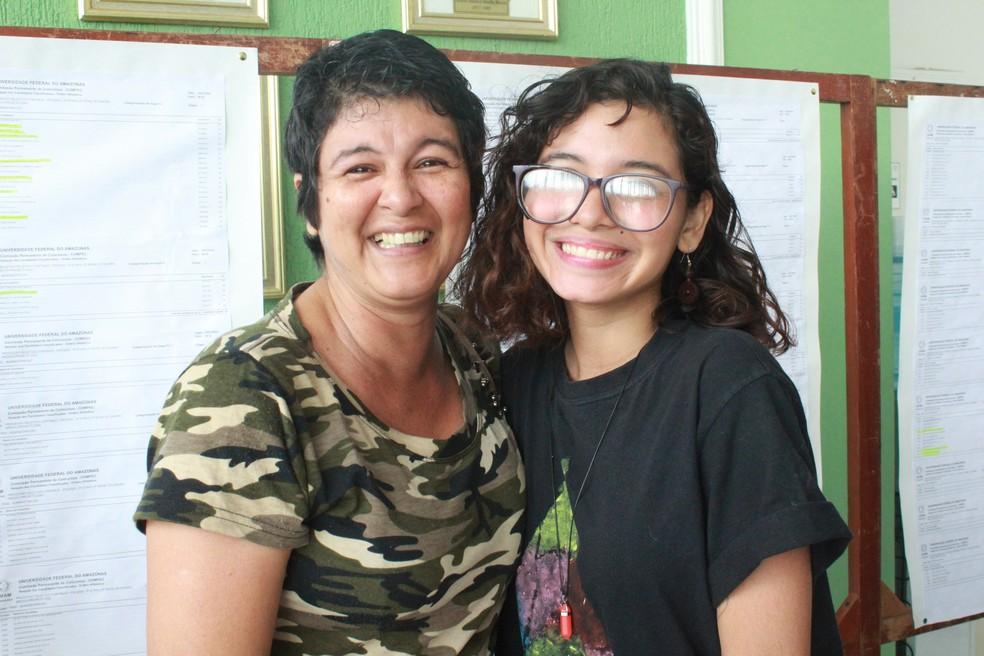 Professora Osmarcila Reis, de 44 anos e a filha, Júlia Noemia, de 18 anos — Foto: Eliana Nascimento/G1 AM