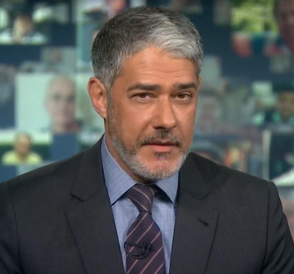 William Bonner apresenta Jornal Nacional de barba e bomba na web (Foto: TV Globo/Reprodução)