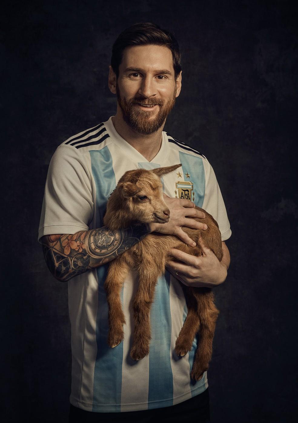 """Messi posa com bode em referência ao termo """"maior de todos os tempos"""" (Foto: Carles Carabí / Paper Magazine)"""