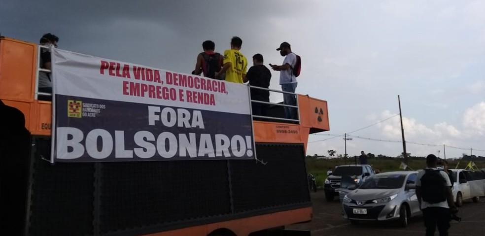 """Manifestantes usaram um carro de som com a frase: """"Pela vida, democracia, emprego e renda""""  — Foto: Eldérico Silva/Rede Amazônica Acre"""