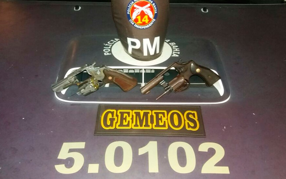 Polícia diz que encontrou duas armas com os suspeitos (Foto: Divulgação / SSP)
