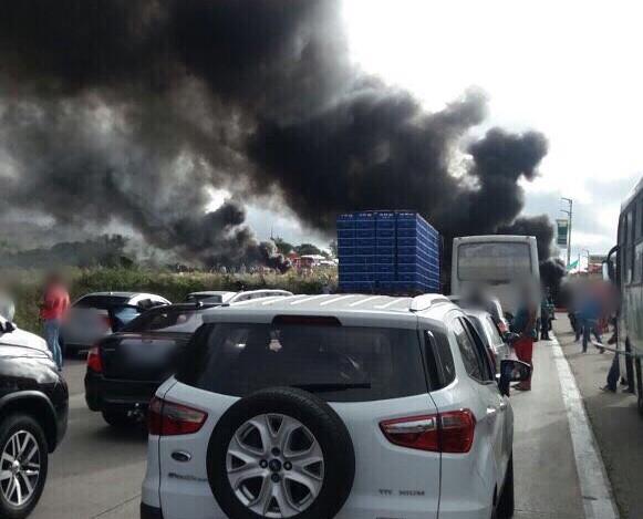 Manifestantes bloqueiam trecho da BR-232 em Caruaru, PE