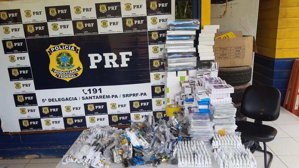 Celulares, carregadores, relógios, pulseiras e outros produtos sem nota fiscal apreendidos pela PRF — Foto: PRF Santarém/Divulgação