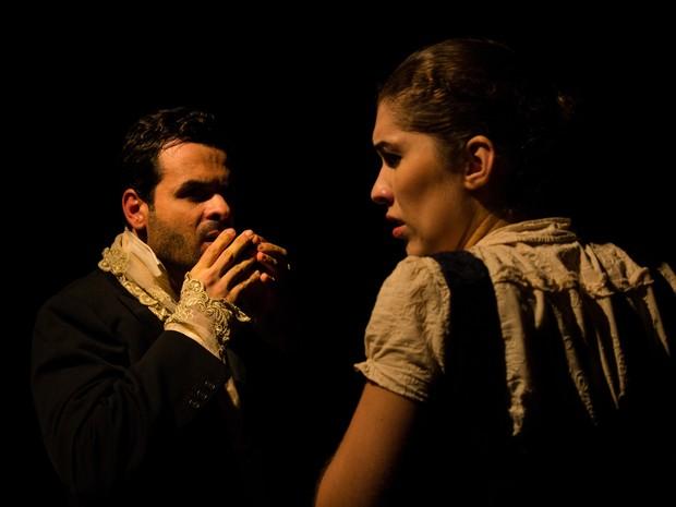 Atores que interpretam os personagens Rubião e Sofia no espetáculo Memórias de um cão (Foto: Arthur Chagas/Divulgação)